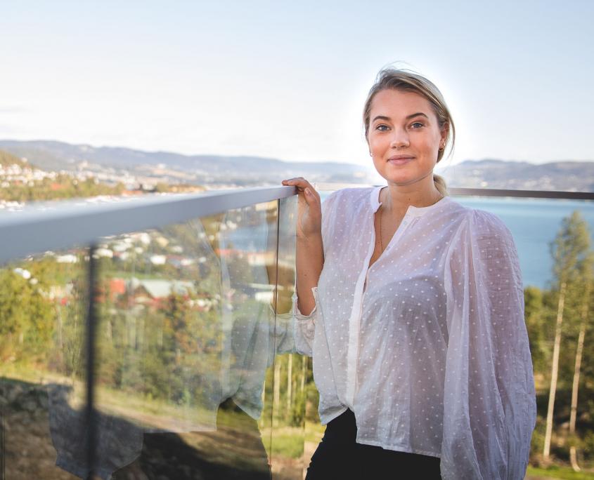 Kathrine Hølen Hansen på terrassen